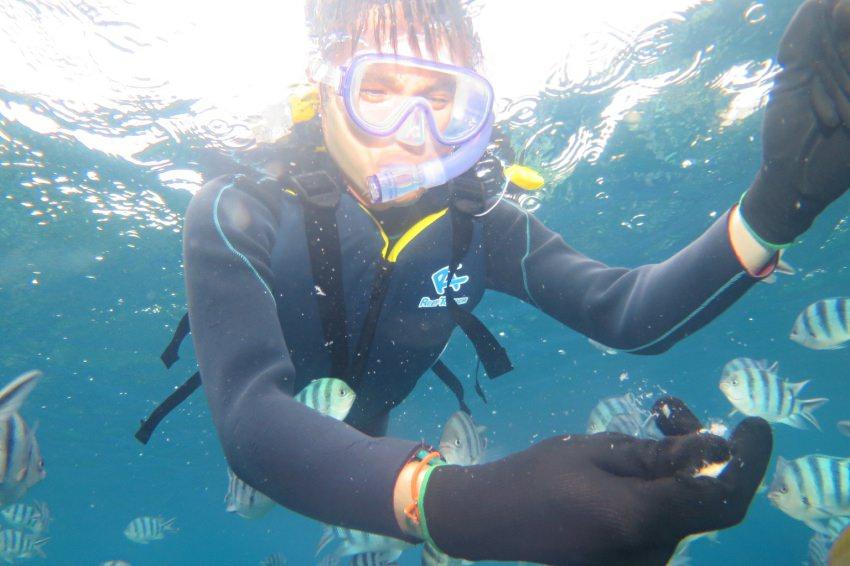 【沖繩浮潛】藍洞浮潛推薦Pink Mermaid:有中文教練,兒童浮潛最小1歲就能玩