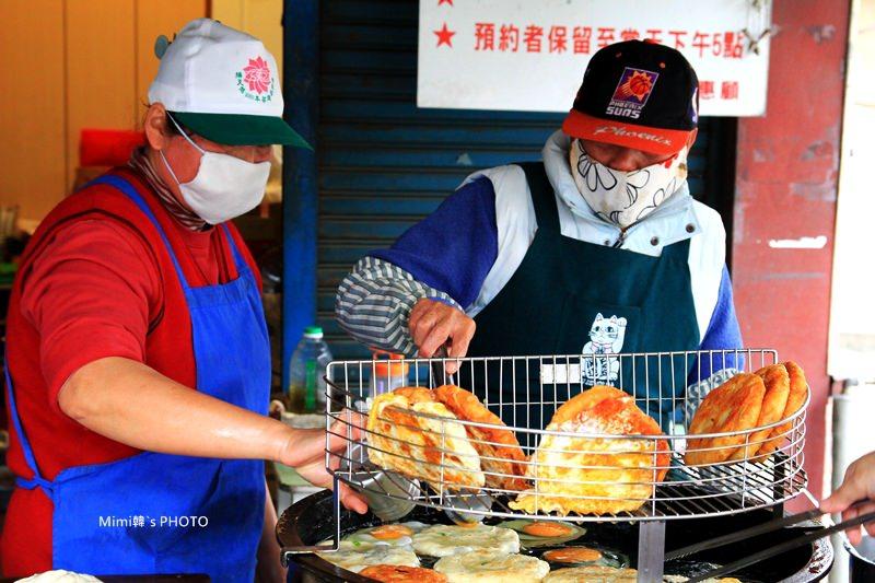 【新化美食】新化燒餅、新化老攤雞蛋糕:古早味點心,都請請耐心等候,燒餅是每日限量美食唷~
